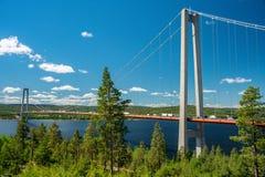Atasco en puente colgante en la alta costa en Suecia foto de archivo