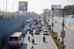 Atasco en un camino ocupado en Bangalore, la India foto de archivo libre de regalías