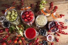 Atasco hecho en casa de la fruta en el tarro Foto de archivo