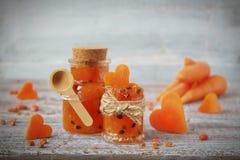 Atasco hecho en casa de la zanahoria en un tarro de cristal Imagen de archivo libre de regalías