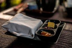 Atasco hecho en casa y mantequilla del desayuno ligero al aire libre Imagen de archivo