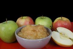 Atasco hecho a mano de la manzana y manzanas frescas en fondo negro Fotografía de archivo libre de regalías