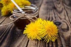 Atasco o miel del diente de león en tarro con las flores frescas Imagenes de archivo