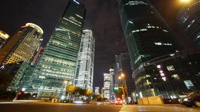 Atasco pesado de Urbn en intercambio de la carretera en la noche, paisaje urbano urbano almacen de video
