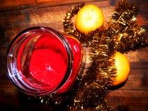 Atasco todavía festivo del postre con las mandarinas y la malla brillante Foto de archivo