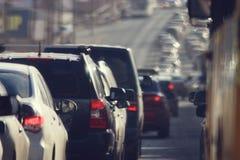 Atascos en la ciudad, camino, hora punta Fotos de archivo