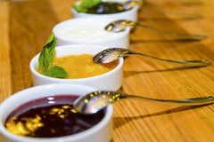 Atascos y jalea de leche con sabor a fruta Imagen de archivo