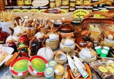 Atasque con las mercancías de la cerámica y de la miel en el mercado de la Navidad de Riga Foto de archivo libre de regalías