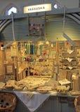 Atasque con las mercancías hechas a mano en mercado en Oulu, Finlandia imagenes de archivo