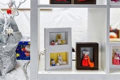 Atasque con las muñecas hechas a mano en mercado de la Navidad de Vilna Imagen de archivo