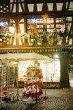 Atasque con las tarjetas y las cigüeñas rellenas delante de la Navidad Fotos de archivo