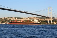 Ландшафт с баржой и мостом Ataturk Стоковые Изображения RF