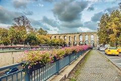 Ataturk bulwar i Antyczny rzymski akwedukt Valens w Istanbuł obrazy royalty free