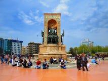 Ataturk monument på den fyrkantiga Taksimen Arkivfoto