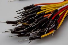 Ate con alambre el alambre colorido del color del arco iris para la creación de un prototipo rápida electrónica Fotografía de archivo