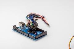Ate con alambre el alambre colorido del color del arco iris para la creación de un prototipo rápida electrónica Imágenes de archivo libres de regalías