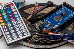 Ate con alambre el alambre colorido del color del arco iris para la creación de un prototipo rápida electrónica Foto de archivo