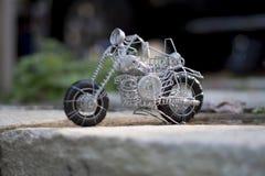Ate con alambre el juguete hecho, una moto de su clase Fotografía de archivo