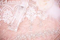 Ate con los accesorios, la joyería de plata y el perfume Foto de archivo