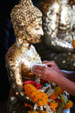 Ate la hoja de oro en la estatua de Buda Imagen de archivo