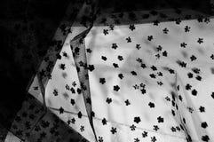 Ate la tela Cordón negro pequeño en el fondo blanco Añada un sutil Foto de archivo