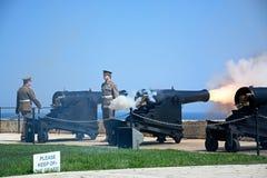 Ateando fogo à arma do meio-dia, Valletta, Malta Foto de Stock