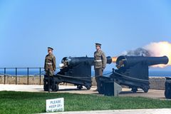 Ateando fogo à arma do meio-dia, Valletta, Malta Fotos de Stock