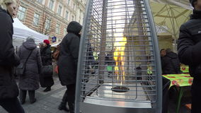 Ateie fogo à chama no calefator e em povos exteriores do lote no festival de mola vídeos de arquivo