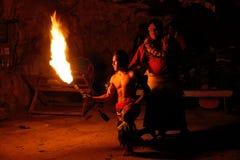 Ateie fogo à mostra na caverna famosa de Hina, movimento borrado, praia de Oholei, tonelada Imagens de Stock