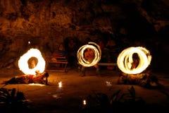 Ateie fogo à mostra na caverna famosa de Hina, movimento borrado, praia de Oholei, tonelada Imagem de Stock