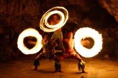 Ateie fogo à mostra na caverna famosa de Hina, movimento borrado, praia de Oholei, tonelada Fotos de Stock