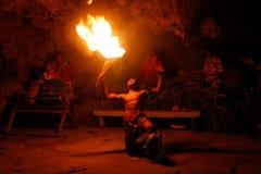 Ateie fogo à mostra na caverna famosa de Hina, movimento borrado, praia de Oholei, tonelada Fotos de Stock Royalty Free