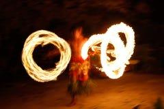 Ateie fogo à mostra na caverna famosa de Hina, movimento borrado, praia de Oholei, tonelada Fotografia de Stock