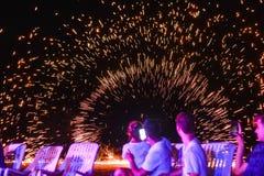 Ateie fogo à mostra na ilha de Phi Phi em Tailândia na barra Sunky imagens de stock royalty free