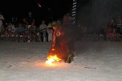 Ateie fogo ao artista do dançarino, Polinésia francesa, ilha de Borabora, França fotos de stock royalty free