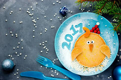 Ateie fogo ao símbolo do galo do galo do alimento engraçado do calendário oriental para k Imagem de Stock