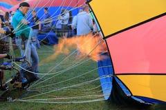 Ateie fogo aos balões de ar quente de enchimento guardados por homens e por mulheres, festival do balão, Queensbury, New York, fim Fotografia de Stock