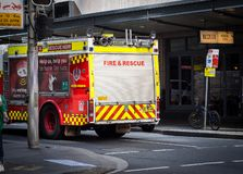 Ateie fogo e salve ao estacionamento do caminh?o de NSW na rua da baixa de Sydney foto de stock