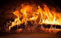 Ateie fogo que queimaduras em um forno de madeira fotografia de stock