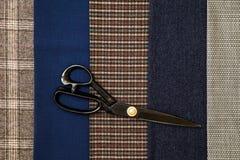 Atelier дизайна клетки человека шерстей ткани потока шить голубой отборный портняжничает много различных ножниц цвета вещей Стоковое Изображение