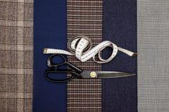 Atelier дизайна клетки человека шерстей ткани потока шить голубой отборный портняжничает рулетку ножниц цвета много различной вещ Стоковые Изображения