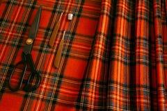Atelier дизайна клетки человека шерстей ткани потока шить портняжничает желтый цвет различной клетки ножниц цвета вещей оранжевый Стоковое Фото