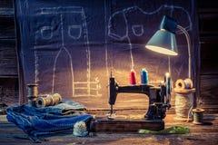 Atelier de couture avec la machine, le tissu et les fils Photo stock