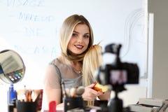 Atelier de enregistrement de beauté de vidéo de jeune Blogger images libres de droits
