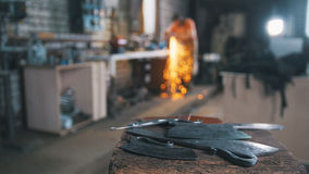 atelier De-focalisé - couteaux de meulage de fer avec des étincelles photos stock