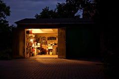 Atelier de garage la nuit Photographie stock libre de droits
