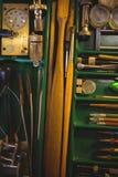 Atelier de Horologist avec l'horloge réparant des outils, des équipements et des machines Photos libres de droits