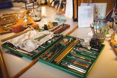 Atelier de Horologist avec l'horloge réparant des outils, des équipements et des machines Image stock