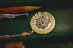 Atelier de Horologists avec l'horloge réparant des outils Photo libre de droits
