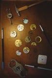 Atelier de Horologists avec l'horloge réparant des outils Image libre de droits